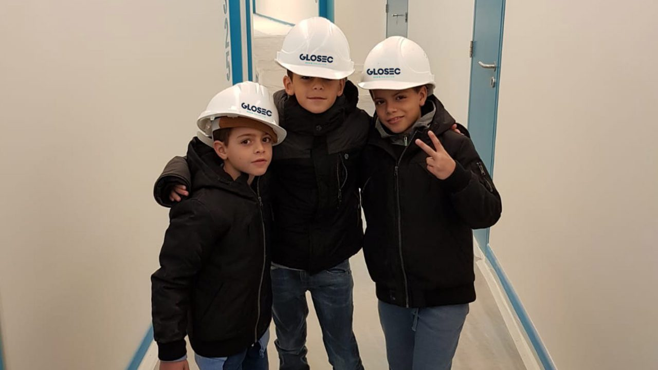 Kinderen met Glosec helm